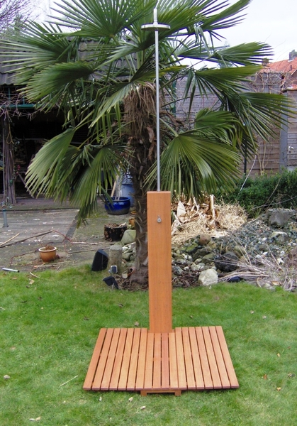 Ducha de madera y acero inoxidable todo en piscinas jard n - Duchas exteriores para piscinas ...
