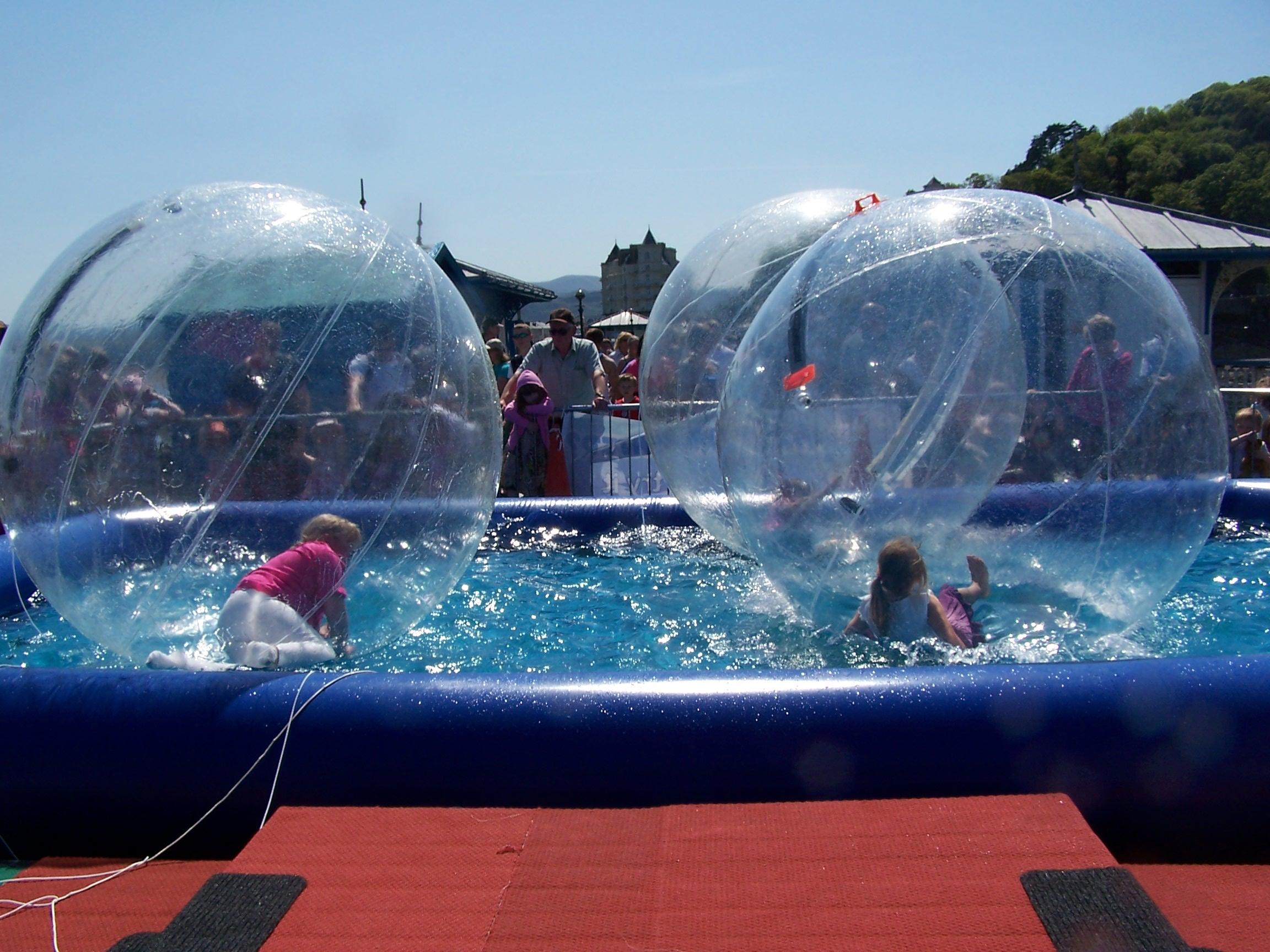 Bola hinchable para caminar sobre el agua todo en piscinas for Bolas piscinas infantiles