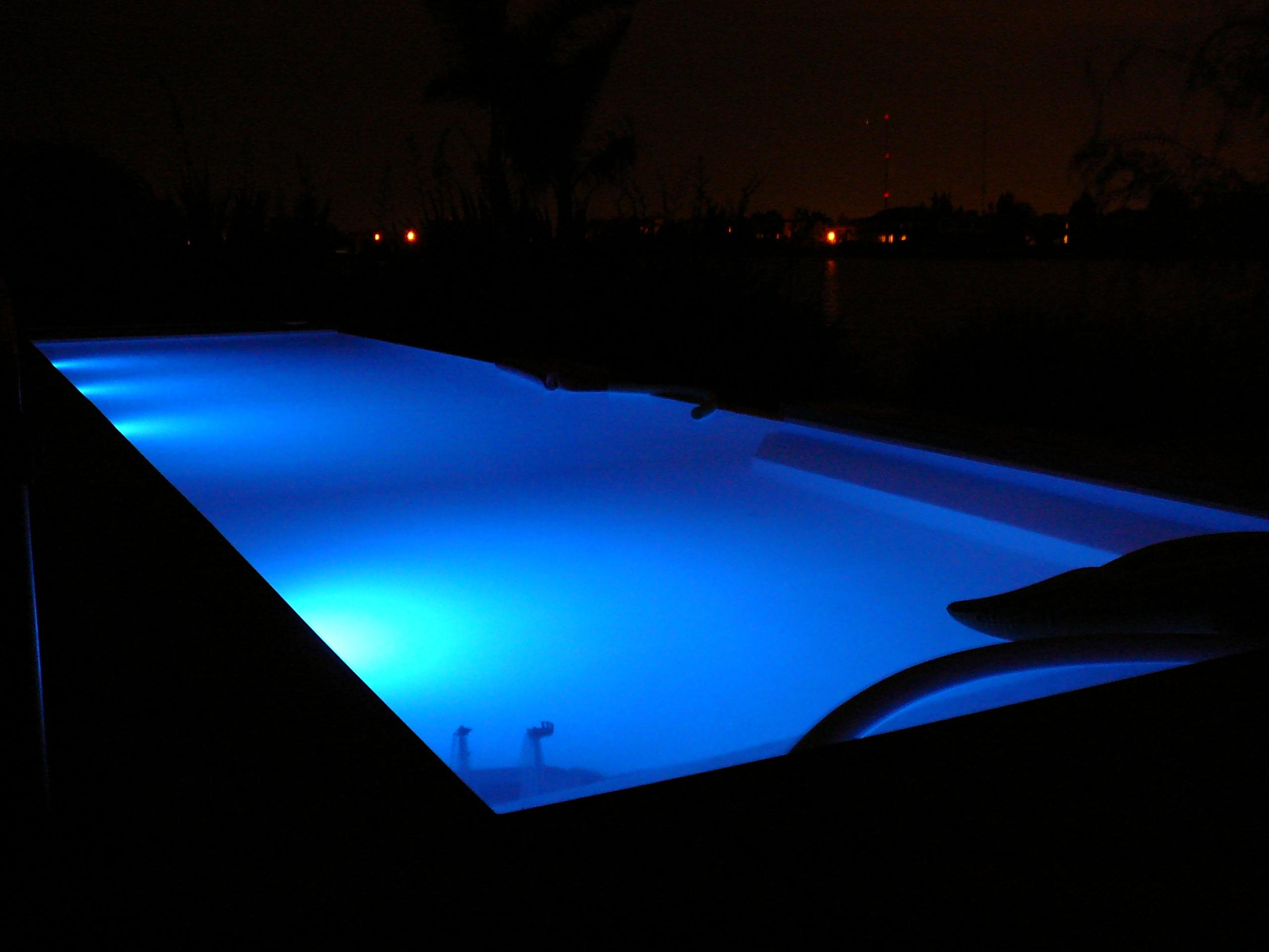 Dos focos led rgb con receptor de 7 w todo en piscinas for Foco piscina